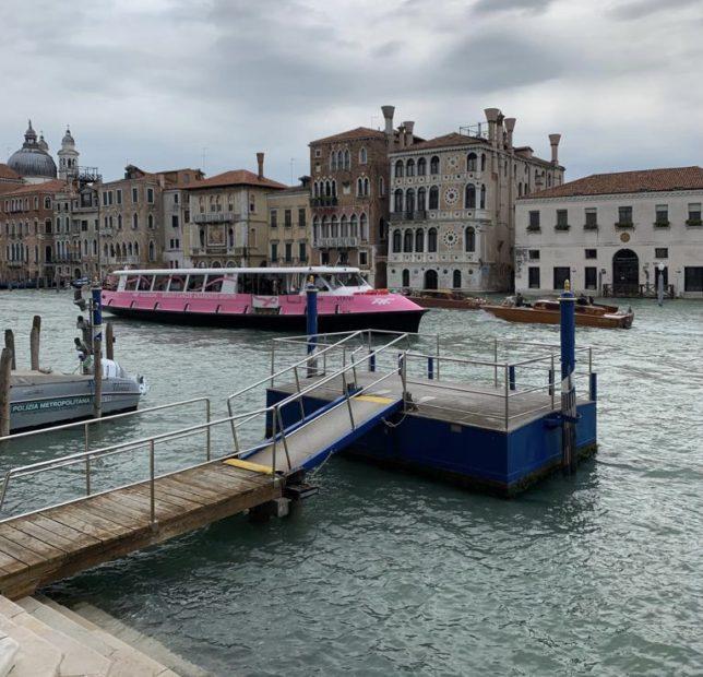 Venezia. Un vaporetto rosa per la prevenzione oncologica
